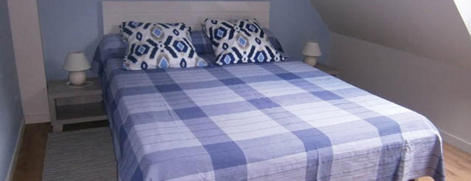 2 chambres       (1 lit deux places  &   2 lits une place)