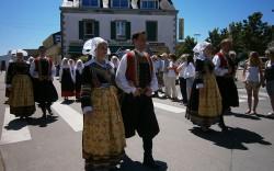 Défilé dans le bourg de Fouesnant des cercles celtiques pour la fête des pommiers et du cidre