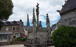photo du calvaire de l'église sur la place de La Forêt-fouesnant finistère sud