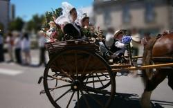 Défilé en costume breton à la fête des pommiers de fouesnant Finistère sud