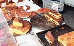 photo de gâteaux et far breton prise sur le marché